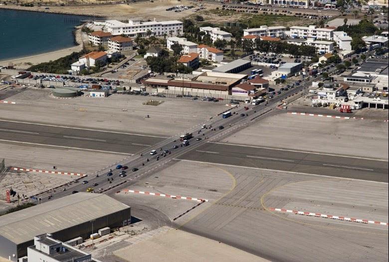 بالصور .. أغرب مطار مدني في العالم Gibraltar-airport-913