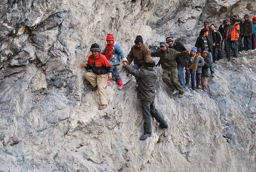 20 Of The Most Dangerous And Unusual Journeys To School In The World - Pili, China
