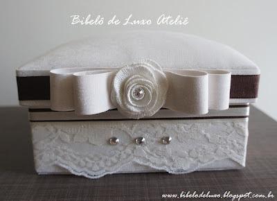 CAIXA DE TECIDO ESTOFADA :: OFF WHITE E MARROM :: CASAMENTO - www.bibelodeluxo.blogspot.com.br