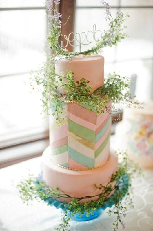Decoración en tonos pastel de una boda bajo una gran carpa blanca chicanddeco