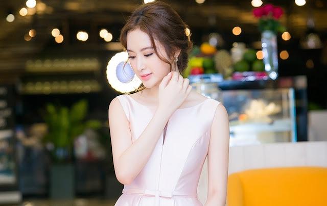Phương Trinh chọn phong cách trang điểm màu hồng nude với mái tóc bới cao, thả lọn hai bên.