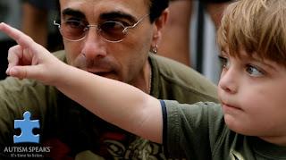 Spitz com um de seus filhos em cena do clipe
