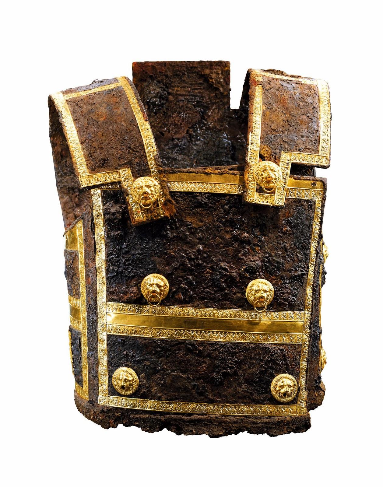 Coraza hallada en la tumba de Filipo II tras su restauración. Estaba articulada en ocho puntos, rematada