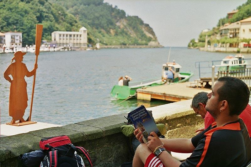 Esperando en Pasajes, con una buena guía. Foto: Pedro Martínez Albors