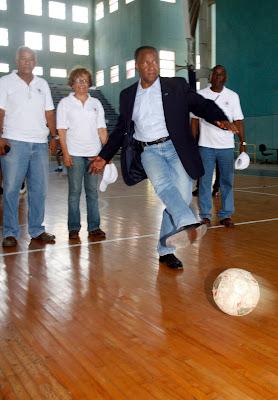 saque de honor en la inaguracion del torneo de Futsal, Universitario