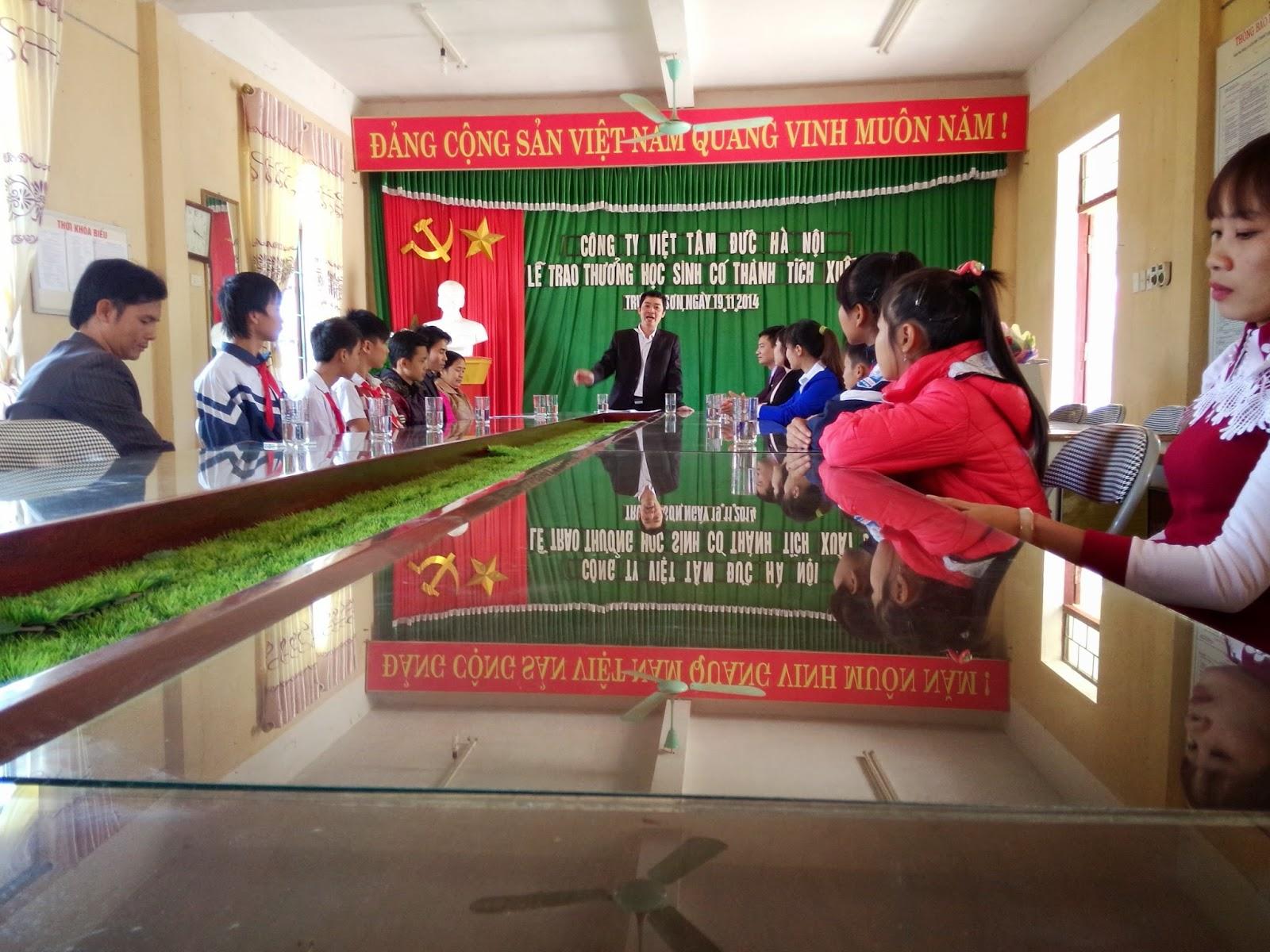 Tham dự buổi lễ tuyên dương các em học sinh nghèo vượt khó