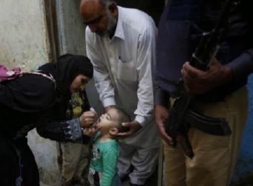 Vaksinasi di Karachi, Pakistan (Foto © Reuters)