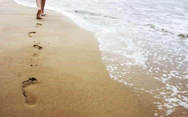 10 λόγοι για να περπατάς ξυπόλυτος στην άμμο.