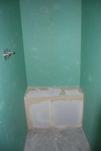 et un petit banc pour la douche le chantier de ben and. Black Bedroom Furniture Sets. Home Design Ideas
