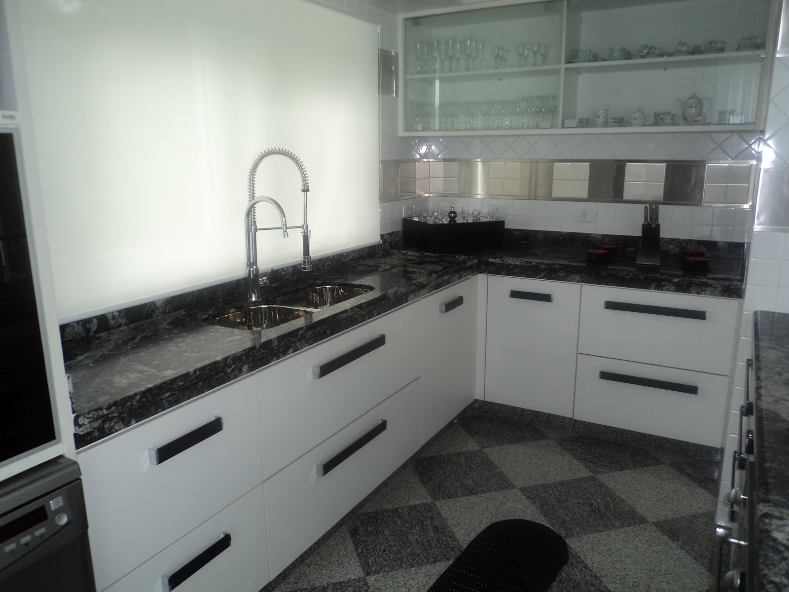 de granito preto indiano com cook top e balcão americano de vidro #62715A 1600 1200