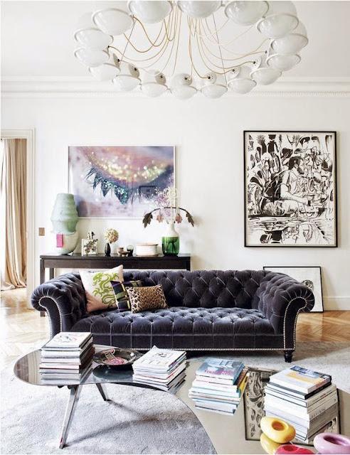 salon z książkami i gazetami na podłodze