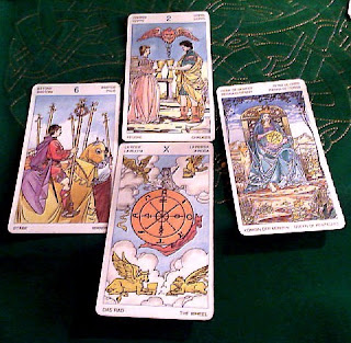 El 6 de Bastos, Reina de Oros, 2 de Copas y Rueda de la Fortuna. Tirada de cuatro cartas tarot