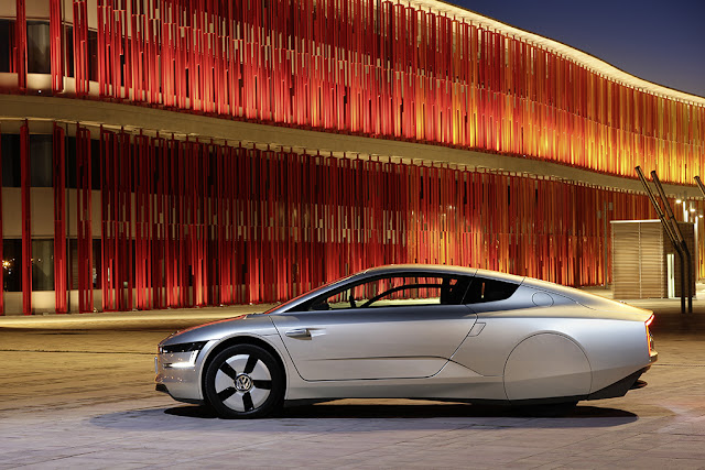 Volkswagen XL1, ibrida plug-in a due posti capace di percorrenze da oltre 100 km con un litro (vista laterale)