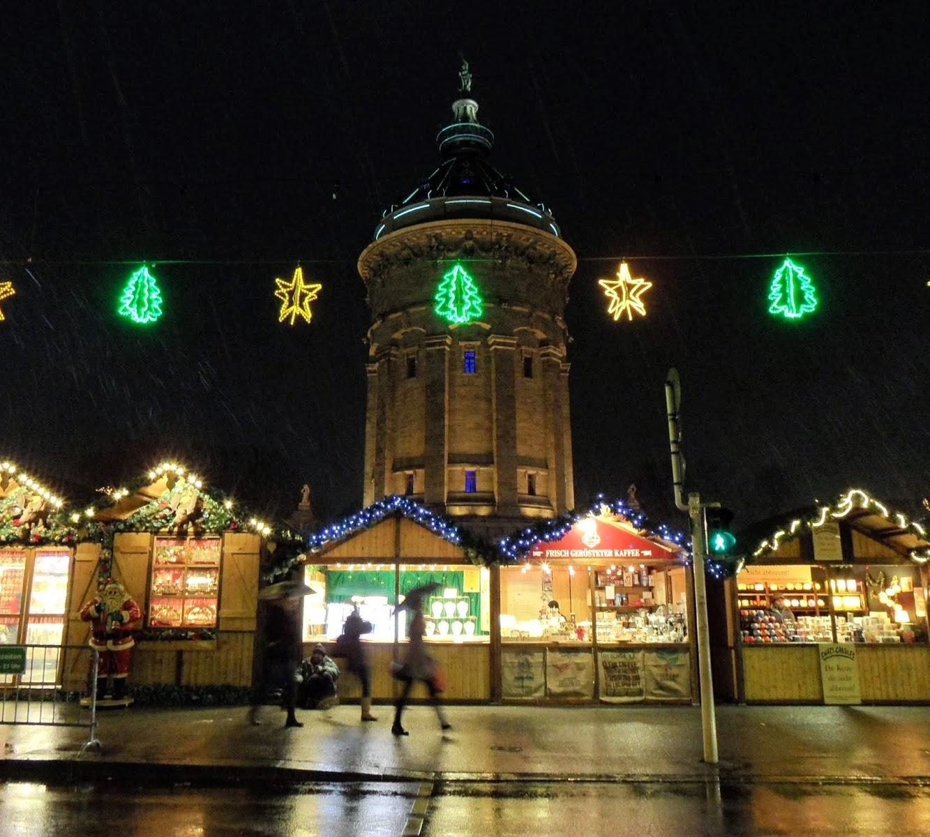 Perayaan Malam Natal Diguyur Hujan
