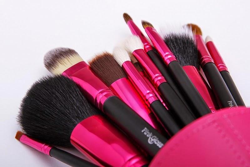 pincéis para maquiagem pink gloss / imagens retidas da internet