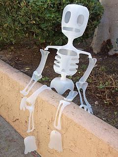 Esqueleto con bidones reciclados (Halloween)