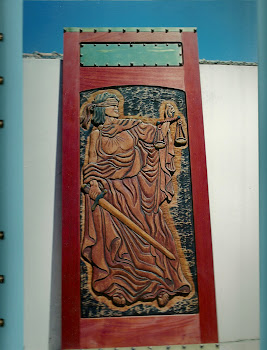 porta  representa  o    simbolo da  justiça  de  dois  lado