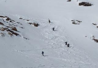 Skitragen am Felsriegel; nur ein paar ganz Überzeugte kämpften sich hier auf Ski hinauf.