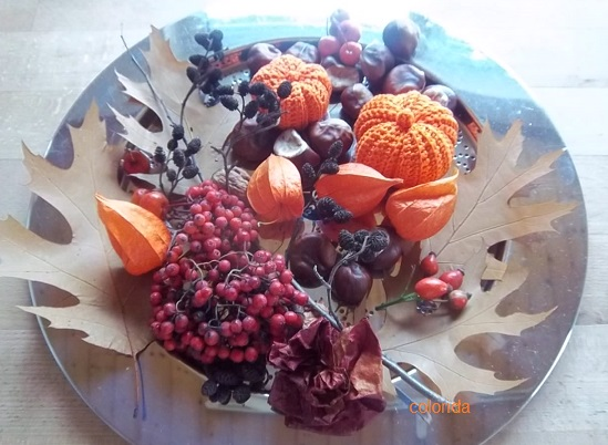 Herbstdeko mit gehäkelten Kürbissen