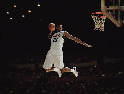 Kobe Bryant en acción; mate