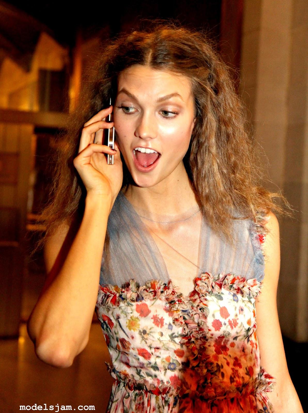 http://1.bp.blogspot.com/-lofKWgaMamA/TyFvAjXGmjI/AAAAAAAAAts/fHUzGN1DR8s/s1600/karlie+phone.jpg