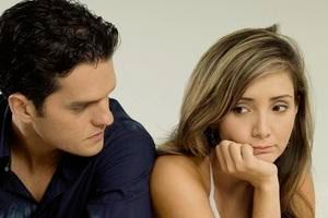 اسباب بخل الرجل عاطفيا ..وابتعاده عن الرومانسية - امرأة فتاة حزينة من الرجل - sad woman girl