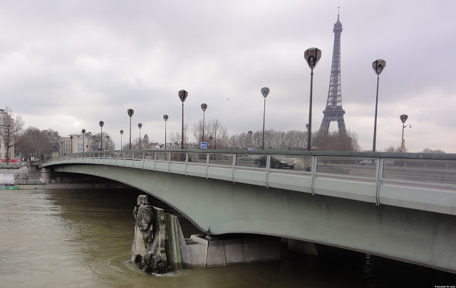 """Zouave du pont de l'alma"" and Eiffel tower"