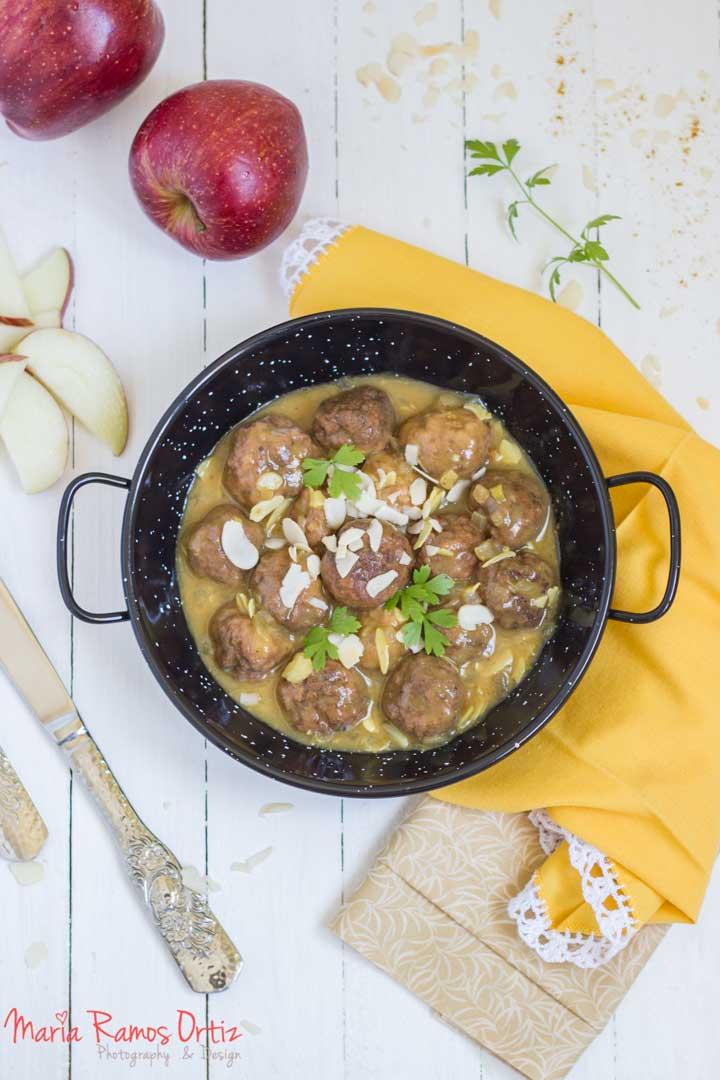 Albóndigas con manzana en salsa de almendras