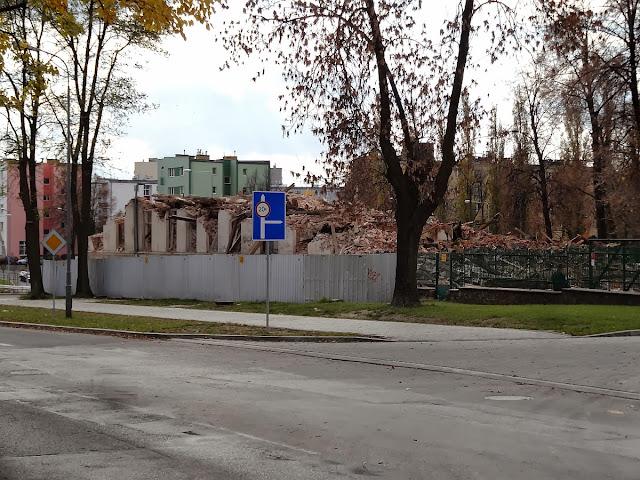 Przedwojenny budynek Społem przy Mielczarskiego w trakcie wyburzania