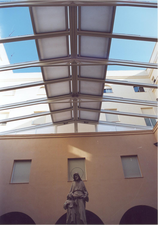 Foto de cerramiento techo del patio en colegio de madrid for Techos modelos