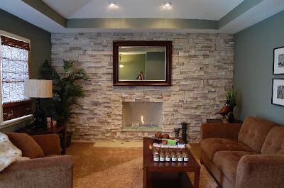 sala con chimenea de piedra