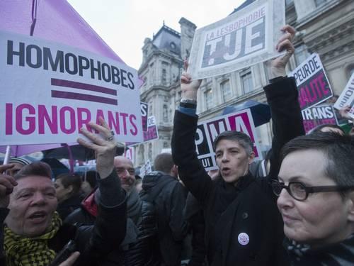 Manifestantes protestam por direitos iguais em Paris (Foto: Jacques Brinon/AP)