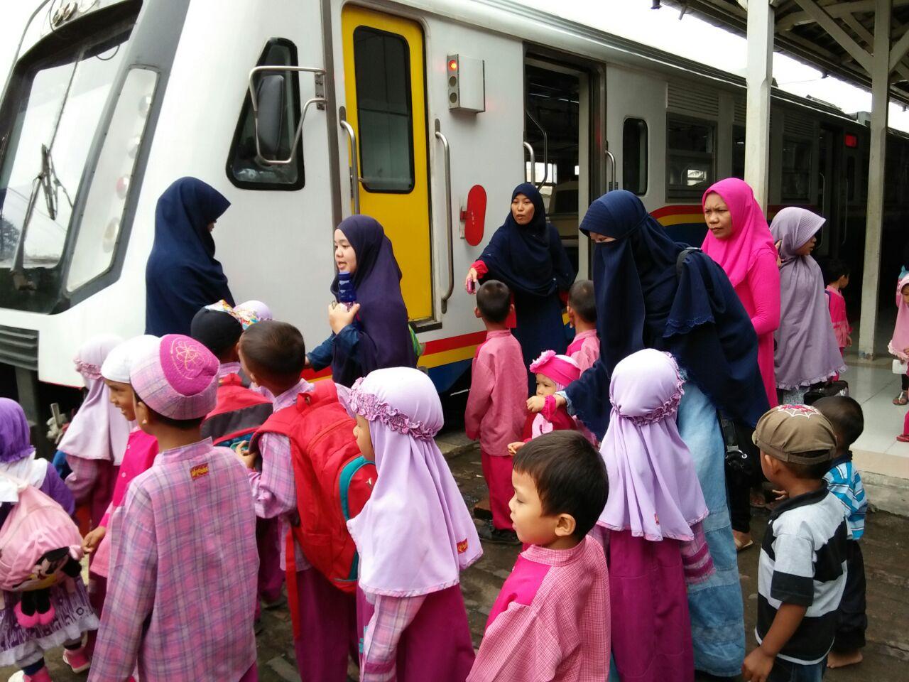 Dalam perjalanan tour edukatif ini anak ditemani oleh guru dan orangtua mereka