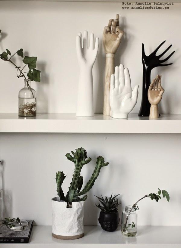 hand, händer av porslin, händer av trä, hylla, kaktus, hyllor, kaktusar, inredning, inredningsblogg, blogg, bloggar, svart och vitt, kruka ansikte, gröna växter, webbutik, webbutiker,