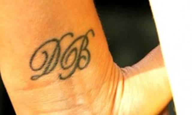 Tato di pergelangan tangan kirinya victoria berinisial nama suaminya