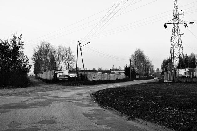 Końskie, fragment ulicy Staszica. Tu kończyła się ulica Nowy Świat. Patrząc na wprost - zaczynał się mur cmentarza żydowskiego. Po prawej stronie rosły bardzo stare, rosochate wierzby o grubych pniach i rozłożystych powyginanych konarach, rosnące tuż obok muru cmentarza żydowskiego. W miejscu z którego wykonana została fotografia: w styczniu 1945 r. stał unieruchomiony niemiecki ciągnik artyleryjski. Fot. Bartłomiej Woźniak