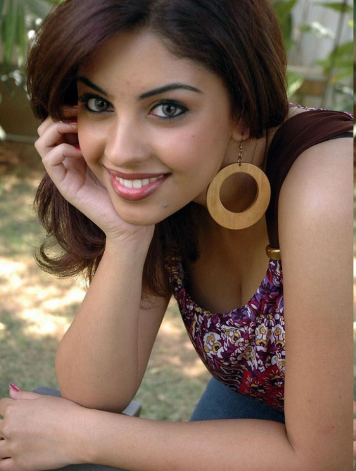 osthi irandam ulagam heroine richa gangopadhyay hot sexy