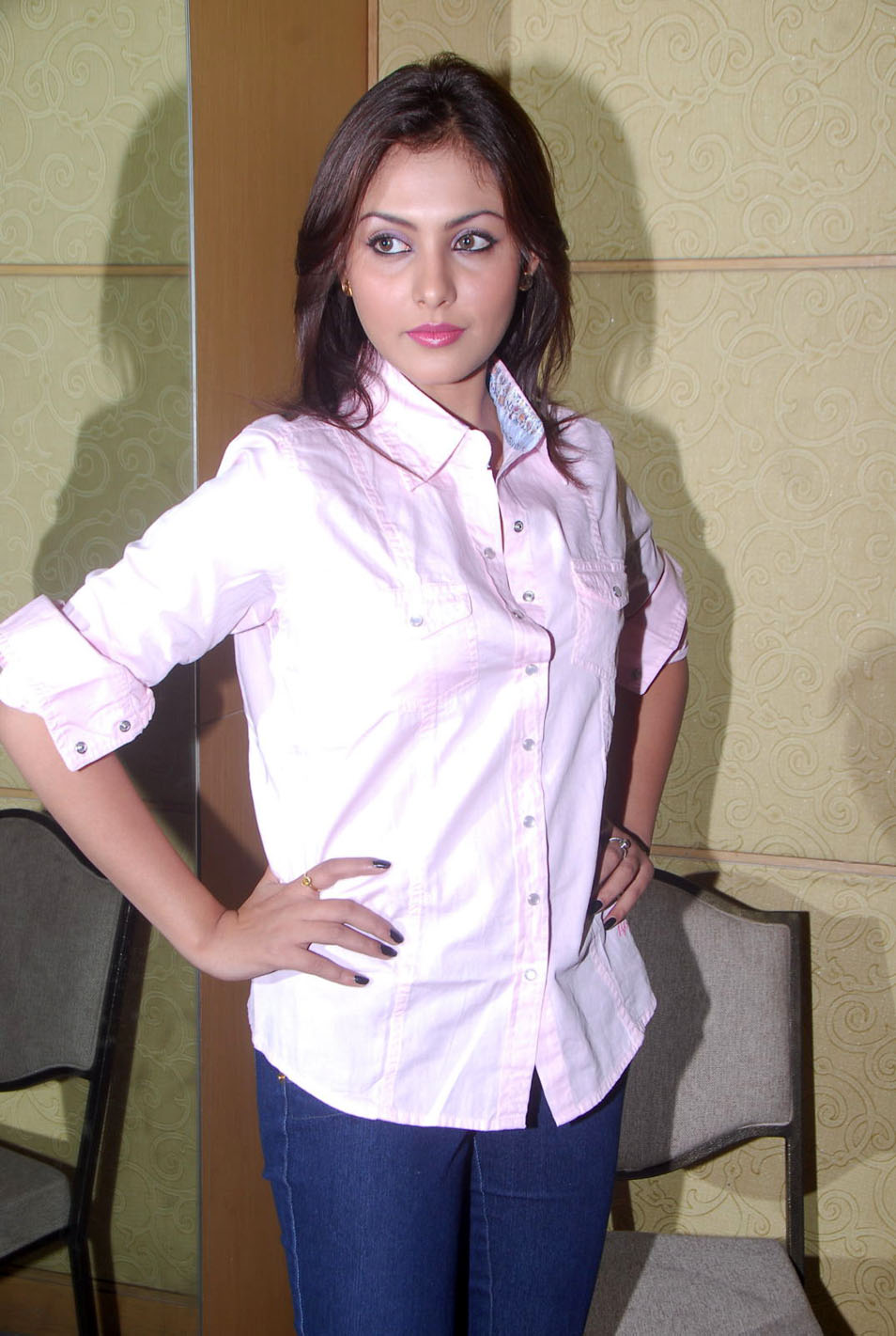 Madhu Shalini Hot Sex Pretty madhu shalini in jeans and men's shirtsola con mi desesperaciÓn