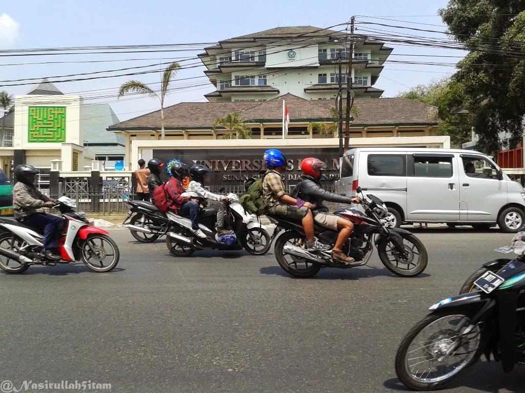 Mengabadikan beberapa gambar selama ke Alun-alun Bandung