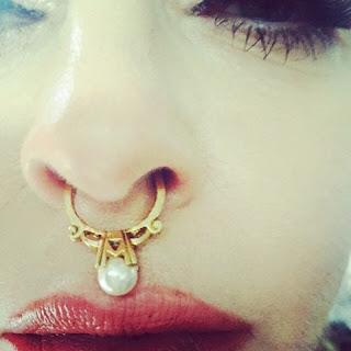 Madonna adora um acessório. Vire e mexe, a cantora aparece usando o grillz – acessório exótico usado na boca. Em abril, a cantora Madonna fez aparição surpresa no show de Drake no Coachella.
