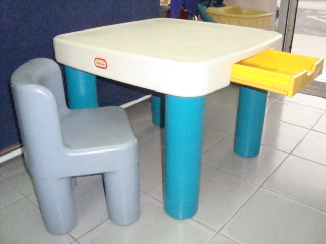Product description. Little Tikes Fold and Store Picnic Table 4-sided table is ideal for snacks, games, crafts, picnics and more. Seats up to 8 vegamepc.tk hole holds a Little Tikes market umbrella.