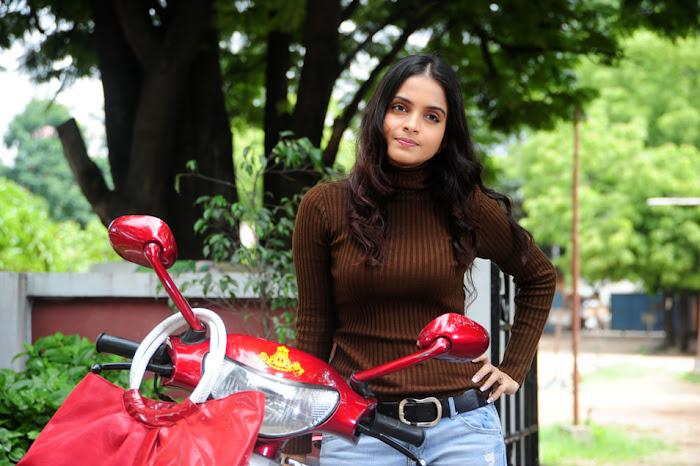 sheena shahabadi from  nandeeswarudu, sheena shahabadi hot images