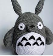 http://translate.googleusercontent.com/translate_c?depth=1&hl=es&rurl=translate.google.es&sl=en&tl=es&u=http://www.ravelry.com/patterns/library/crochet-totoro-pattern&usg=ALkJrhh8NatAm6I2kP9d99iyYh9vBxMCmA