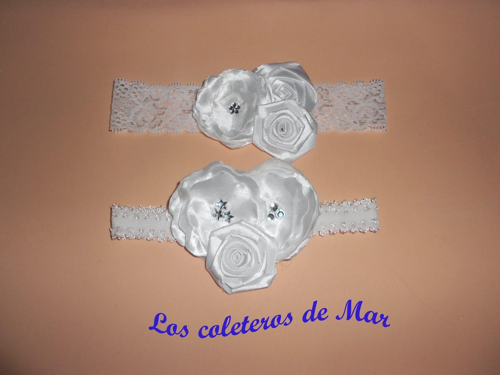 La segunda está formada por dos flores de tela y una rosa de cinta de raso.