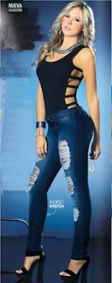 mujer con body y pantalon