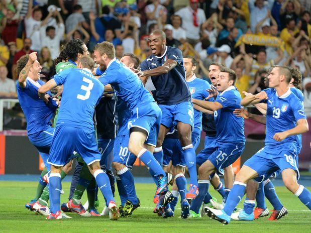 Itália domina, elimina Inglaterra nos pênaltis e vai à semi