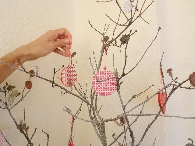 Adornos de navidad en blanco y rojo