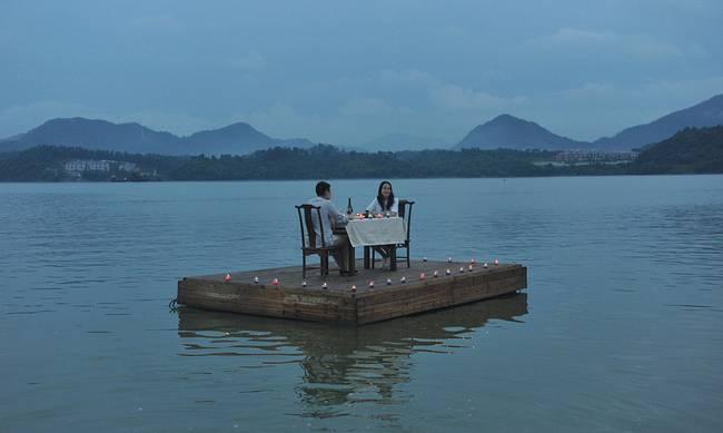 Κίνα: Το πιο ρομαντικό δείπνο γίνεται εν πλω (photos)  Read more: http://www.newsbomb.gr/bombplus/t