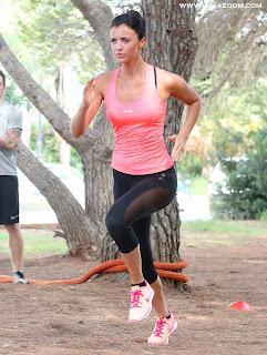 لوسي ميكلينبرغ تمارس الرياضة بملابس ساخنة في إيبيزا