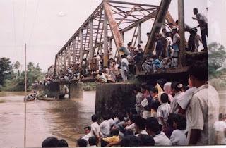 http://infomasihariini.blogspot.com/2016/01/kisah-pilu-pembantaian-sipil-tahun-1999.html